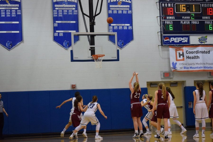 Junior+Kalie+Conrad+shoots+a+free+throw+while+other+Tide+players+surround+her.+The+Eagles+waited+anxiously+as+she+shot+the+ball.+%E2%80%9COur+last+game+went+very+well+because+Pottsville+was+able+to+walk+off+the+court+with+a+win%2C%E2%80%9D+said+Senior+Alexa+Cesari.+
